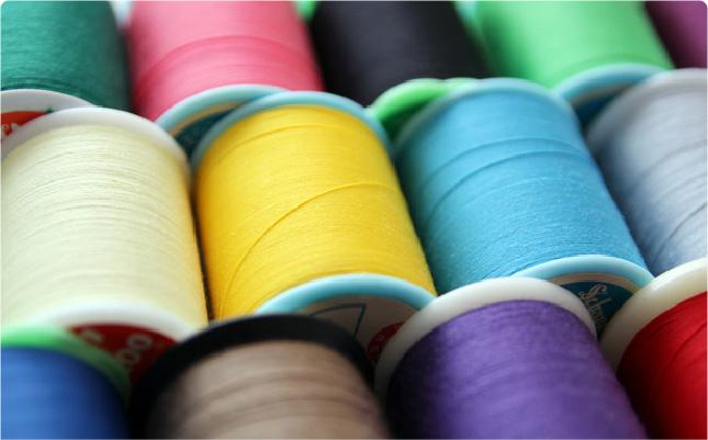 カラフルなミシン糸の写真